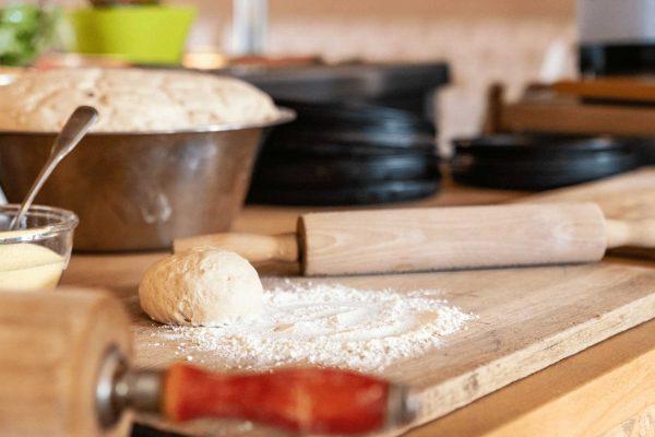Restaurant-Pizzaabend-Pizzateig-Pizzablech