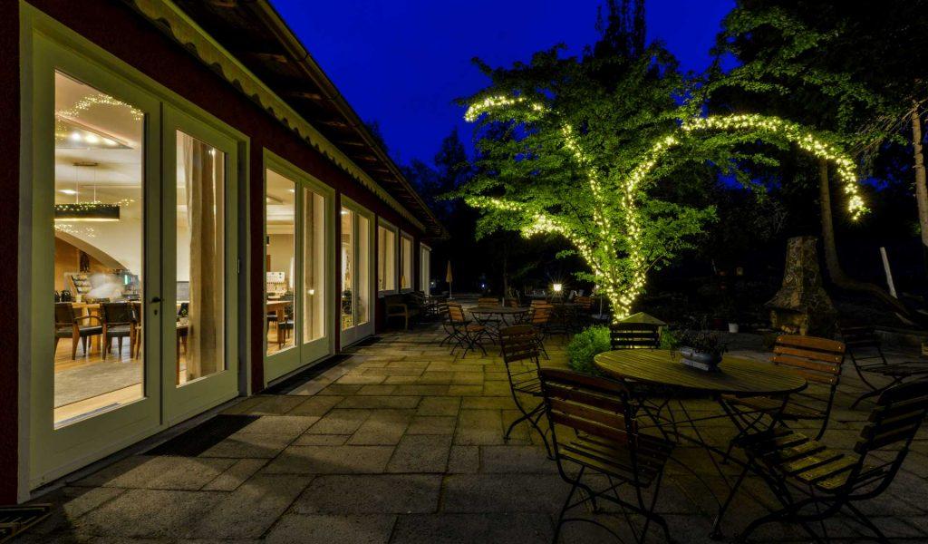 Restaurant-Terrasse-Dämmerung-Lichterbaum