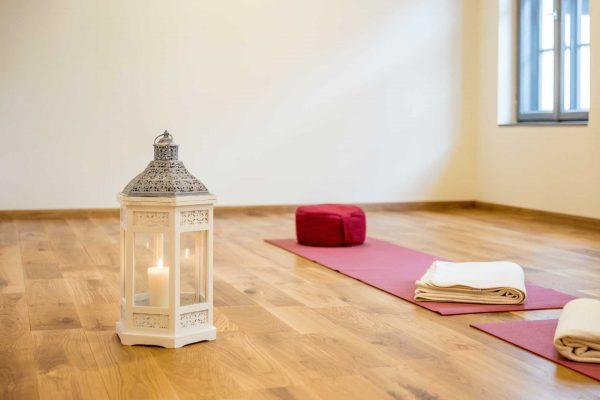 Seminarraum-Birke-Yogamatte-Laterne
