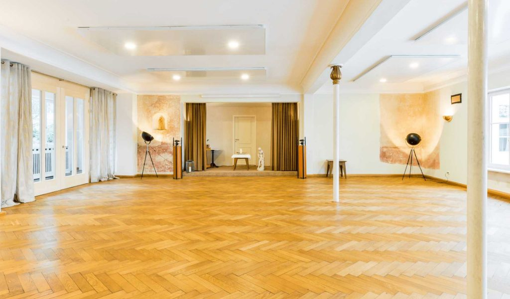 Seminarraum-Rosensaal-Bühne-Säule