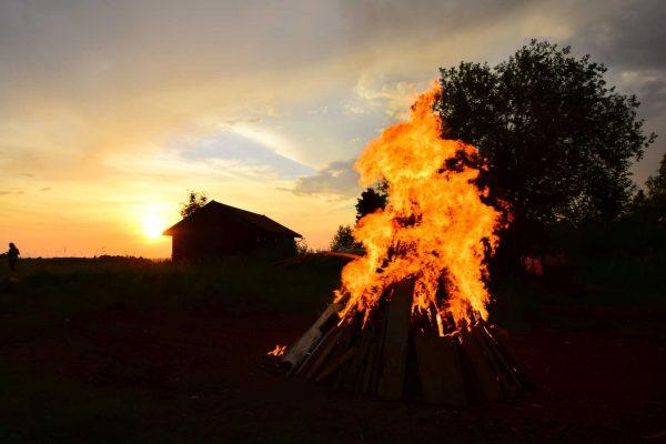 Sonnwendfeuer-Sonnenuntergang-Baum-Scheune